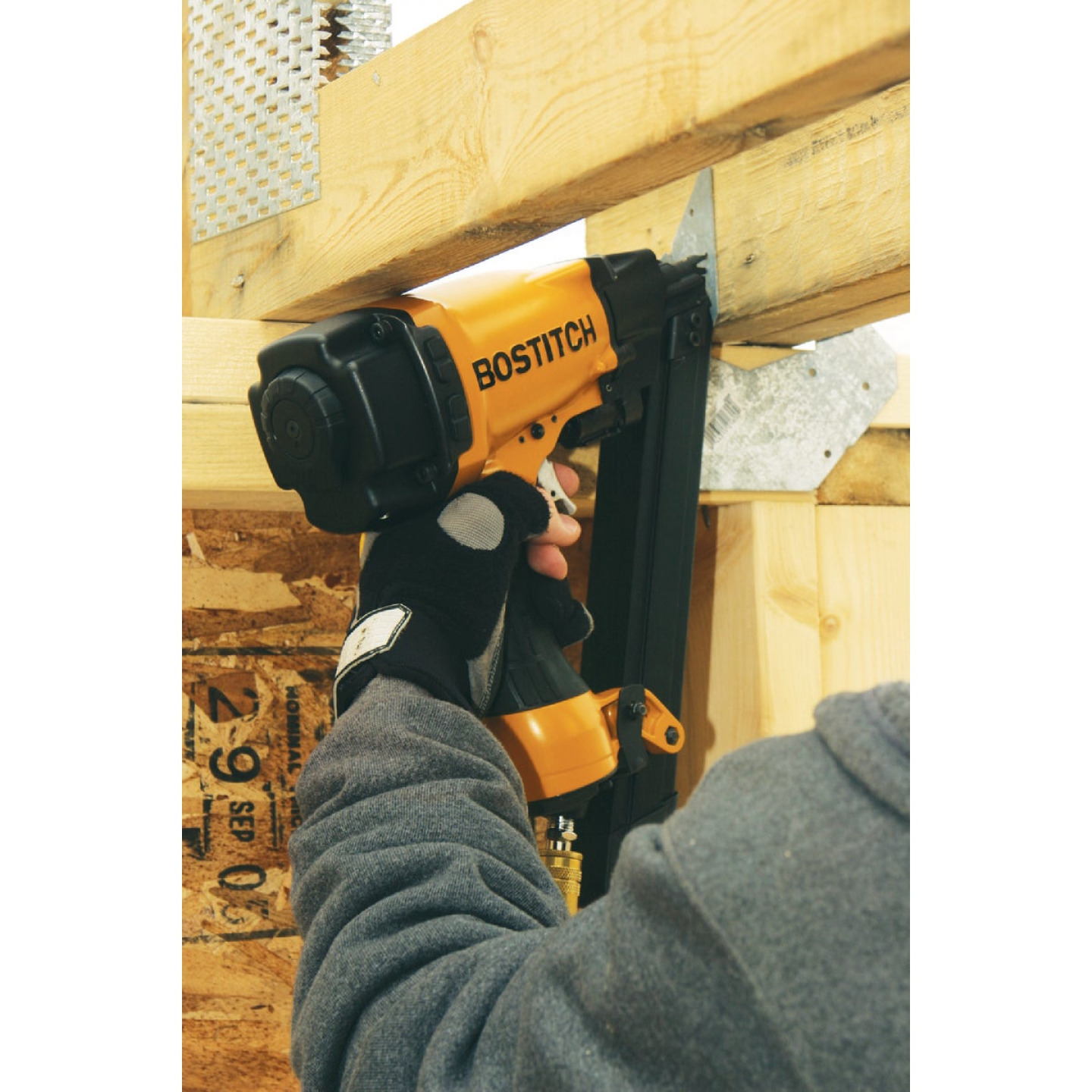 Bostitch 35 Degree 1-1/2 In. Paper Tape Strapshot Metal Connector Framing Nailer with Short Magazine Image 2